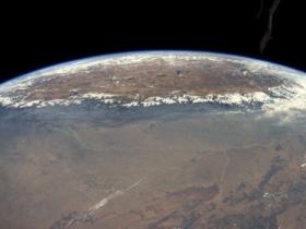 喜马拉雅山冲破云层的壮美景观