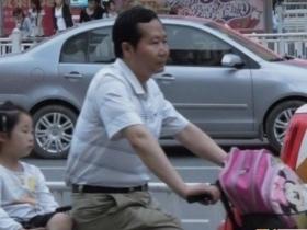 安徽芜湖副市长每天 骑车送女上学获赞