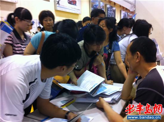青岛大学招生处,十几位考生围着一位老师咨询