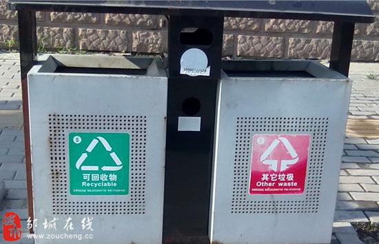 邹城在线7月15日讯(实习记者 洪秀娟)随着生活水平的提高,垃圾的种类也越来越多:果皮、塑料袋、电池、废纸等等。实现垃圾分类回收,不仅可以保护环境而且可以促进资源再生。但是,记者调查发现,分类垃圾箱多成摆设,难以发挥实质性作用。 7月14日上午,记者在市太平路、西苇路、岗山路等路段看到,市民基本上不按照回收和不可回收的标志投放垃圾,而是随意扔弃。塑料瓶和废纸等不可回收垃圾混杂在一起,甚至旧电池、油漆废料等有毒垃圾也被随意丢在垃圾箱里。 我还真没看到标志呢。,在百货大楼前,正扔香蕉皮的王阿姨一脸惊