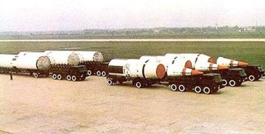 参加国庆35周年阅兵的东风 5洲际导弹