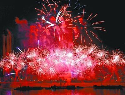 2013武汉迎新焰火晚会绽放江滩 百万市民焰火中跨年 平顶山高清图片