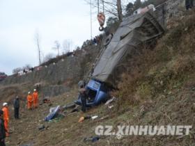 货车翻下路面1人被困 赫章消防成功救援