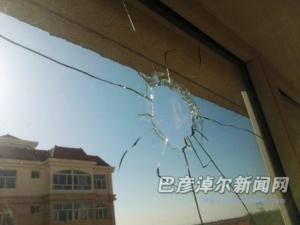 除夕夜爆竹齐鸣烟花乱飞 2户居民家玻璃被炸烂一户窗帘烧着了
