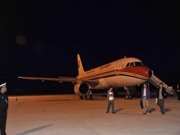 3月21日晚20时,格尔木机场停机坪灯光通明,一架东航客机经过一个小时的夜间航行,在助航灯光的指引下,平稳降落,这标志着格尔木机场仪表着陆及助航灯光系统工程试飞取得圆满成功,从此结束没有夜航的历史。 当晚20:00时,试飞小组对格尔木机场新建导航设备、助航灯光及站坪进行试飞,20:12分试飞圆满成功。 据了解,格尔木机场属支线机场,是连接格尔木和中西部城市的重要空中通道,目前开通西宁、西安、成都等国内航线,2012年完成运输起降1081架次、旅客吞吐量9万人次、货邮吞吐量275吨,为我市旅游发展、地方经济