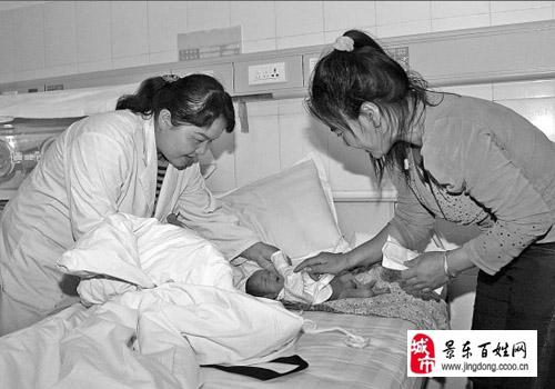 疑似精神病妇女景东县城街头产子 民政部门帮她寻家人图片