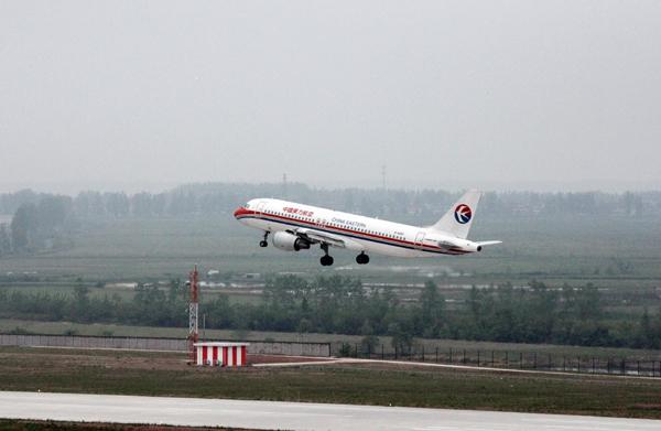 4月23日13时40分,一架东航空客320型飞机从池州九华山机场崭新的跑道上腾空而起,标志着池州九华山机场试飞工作正式开始。 经过近两个小时的机场空域内多个科目的空中飞行,飞机平稳降落在九华山机场,圆满完成各项试飞科目。这次试飞主要是对飞行程序、跑道、滑行道、停机坪、飞机滑行路线以及机场通信导航和目视导航等各类设施和机场运行保障能力进行检验。试飞成功标志着九华山机场已经基本具备了民航飞机通航的条件,正式通航指日可待。 当天,市委书记陈强,市政协主席方志恒,市委常委、常务副市长张夏林,市人大常委会副主任施