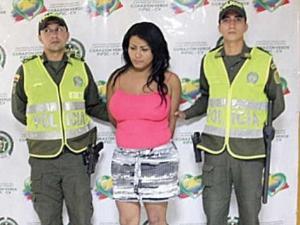 哥伦比亚男逃犯为躲警方追捕 隆胸扮女人