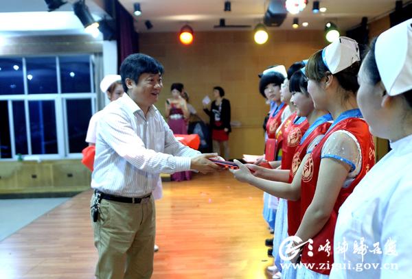 表彰优秀青年志愿者-载歌载舞欢庆护士节