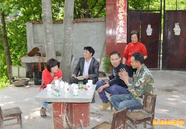 康县电视台_中央电视台7套摄制组在康县拍摄洋芋搅团制作