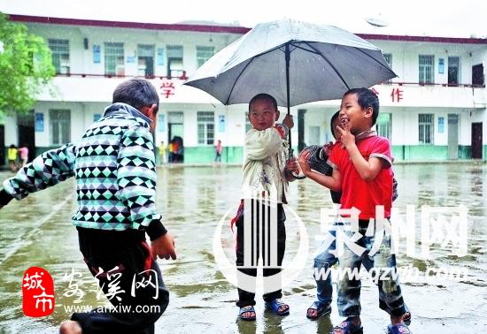 几个男生在雨中的操场上玩耍