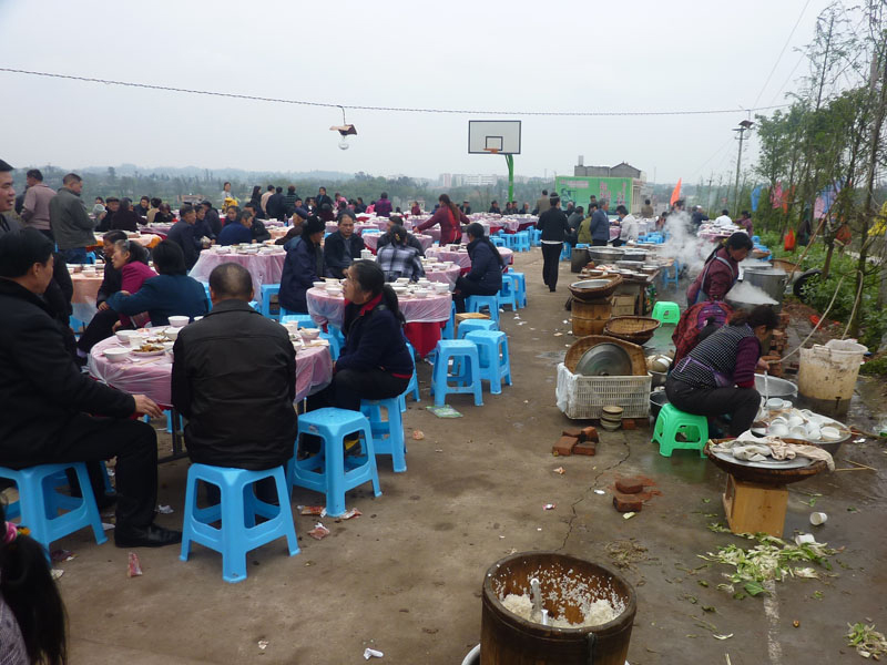明确,农村集体聚餐范围主要是指农村家庭或者单位因婚庆,丧事,做寿