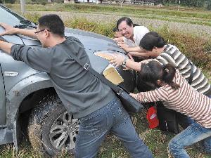 面包车倒车陷进水沟 村民合力脱困高清图片