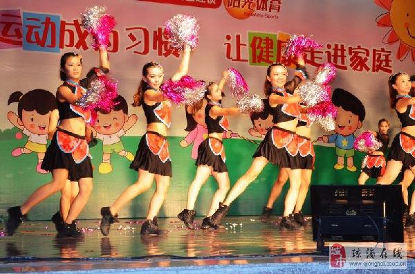 琼海小明星亲子园的在表演动感十足的舞蹈