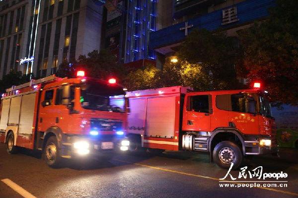 多人被困电梯内  上海消防局通过微博发布消息称