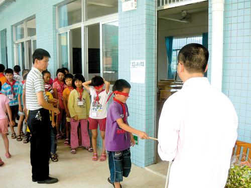 鹤山鹤城镇三堡小学生在新教学楼过节
