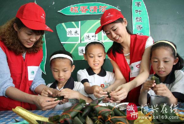 韩雪(左四)和留守儿童一起包粽子