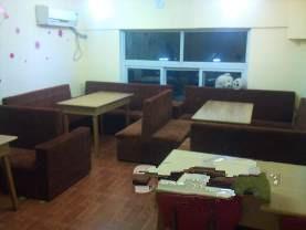 整套沙发卡座,吧台,凳子,一些酒杯。转让98成新