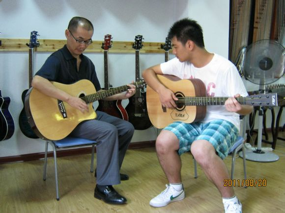 黄石琴行大冶买吉他学吉他首选—七彩琴行