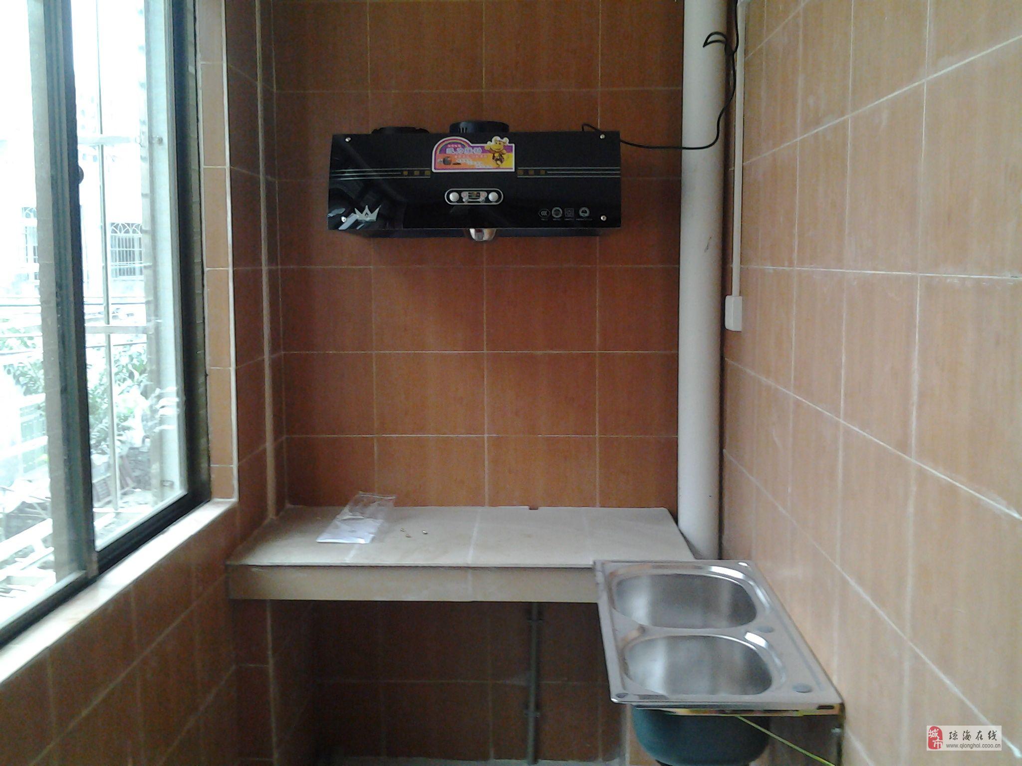 万泉河中路美景安置区内的新房 450元/月 30 2.3.4.5.6楼共18间套间房,每间30平方,间间有阳台/厨房/卫生间。一楼有地方放摩托电动车和充电,安装有监控摄影机。间间有空调/卫星电视/热水器/厨房/抽烟机/西式床/床垫/家具/光纤宽带网/防护网/配有水塔,挂衣钩,租金450一间,电费1元1度,水费2.