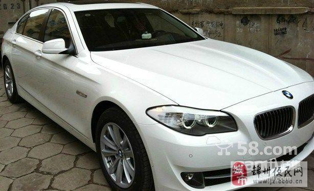 白色宝马5系520轿车