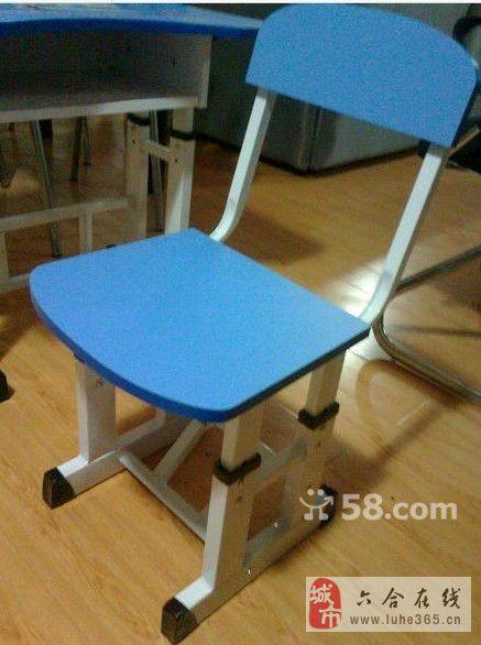 一套孩子的桌椅