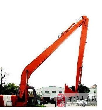 日立挖掘机加长臂清理河道淤泥