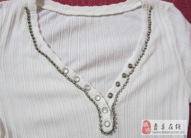 白色带钻V领打底T恤