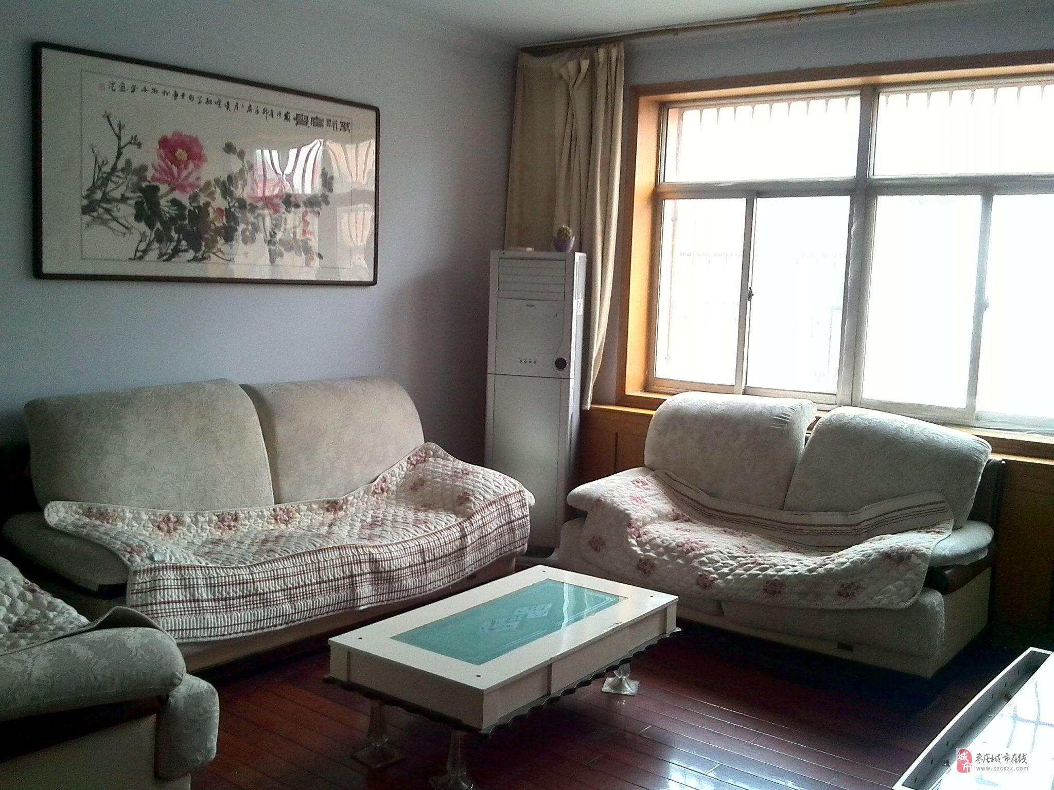 文苑小区。三室二厅。三楼。精装修。床。沙发。空调。