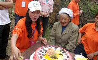 关注社会、关注发展、志愿者大哥给老人们带去了生日的祝福和快乐!