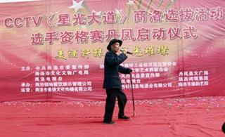 82岁的文艺爱好者刘大爷自告奋勇登台参加星光大道预选赛
