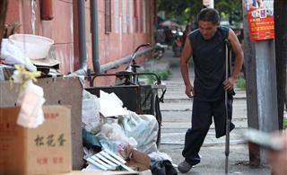 独腿父亲捡垃圾为儿拾来一套房