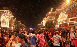 [原创]香港迪士尼下雪营造圣诞气氛