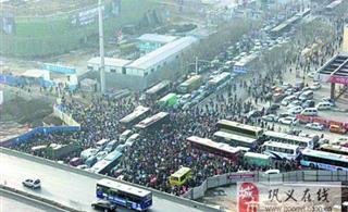 �州一路口五六千人被堵3小�r