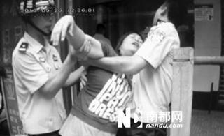 郴州打工青年嫌工资低 银行内抢钱吓瘫妇女(