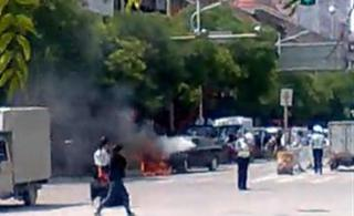 [原创]小轿车当街燃烧,定西消防迅速捕救