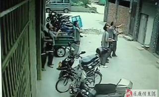 浙江女童4楼坠下 被8名快递哥接住