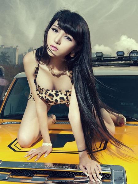 夏日激情 狂野性感的豹纹女郎与车共舞