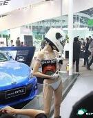 秒杀众车模 北京车展惊现三点式头盔女