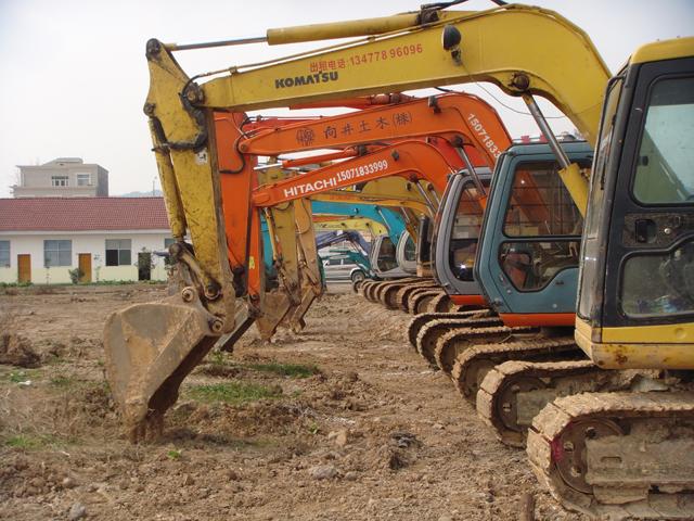 了解挖掘机的机械工作原理,液压传动,油路,电路等知识,能够对挖掘机常
