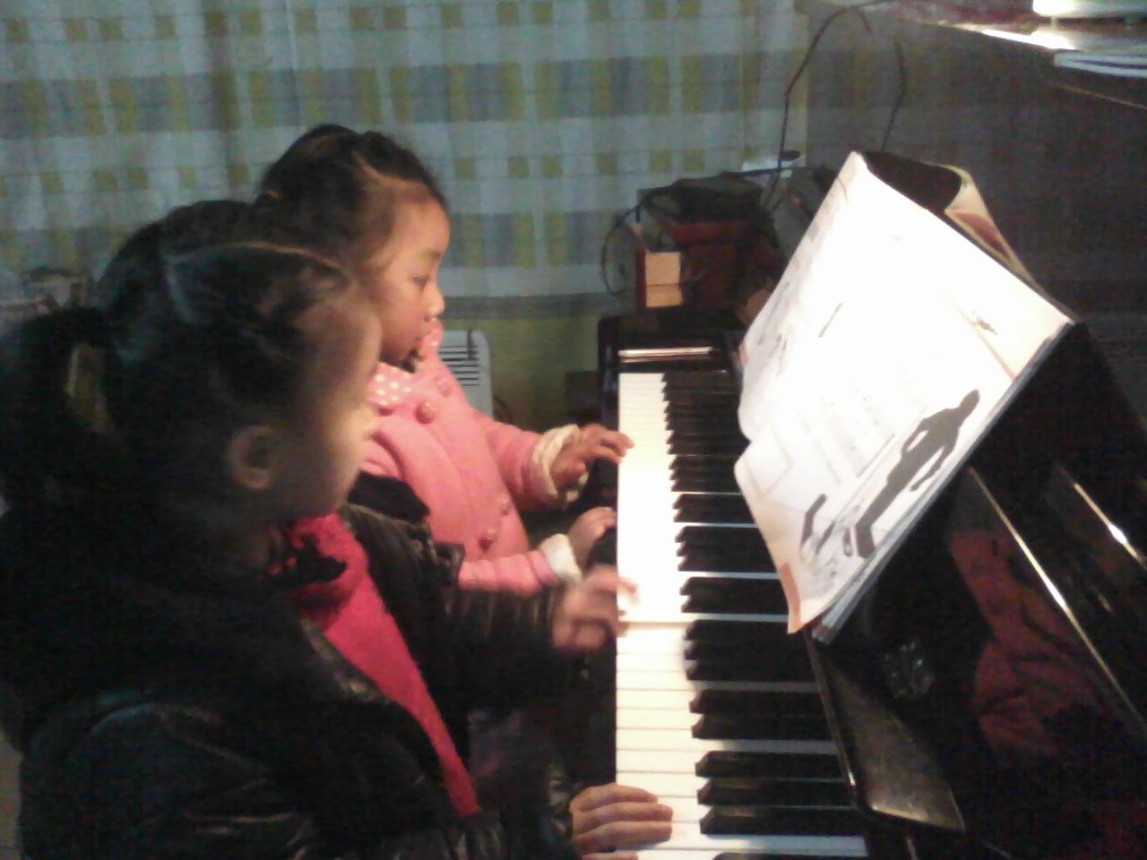 采用全开放式的国际化高层次快乐钢琴教学体系,让艺术涵盖的各个方面融汇贯通,拓展孩子的学习思路,开阔孩子的眼界。让孩子通过玩钢琴,开发智力、提高素质、养成良好的学习习小星星钢琴教室,我们秉承培养兴趣,突显个性,因材施教,全面发展的教学理念,多年的教学经验告诉我们没有一种学习方法是万能的,只有适合孩子的才是最好的,我们重在培养孩子的音乐兴趣,以趣味性与知识性为一体的教育方式培养对音乐方面的感知和认识。 培训对象:4岁以上音乐爱好者 联系我时请说明是在阿城网看到的 同城交易请当面进行,以免造成损失。外地交
