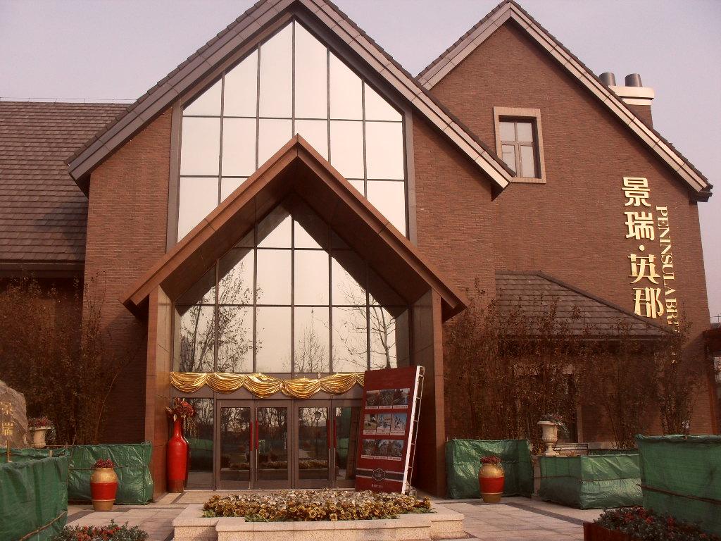 立面在型體變化的基礎上,增加了陽臺的細部,煙 囪,大坡屋頂,老虎窗
