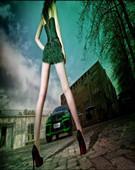 长腿美女废旧工厂邂逅绿巨人