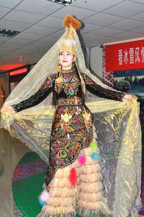 """新疆哈萨克族姑娘着传统""""婚纱礼服"""""""