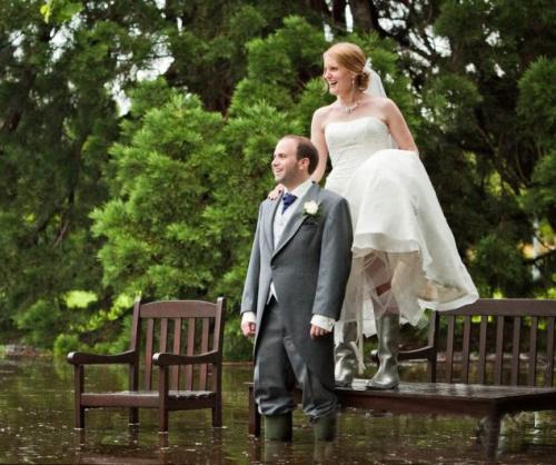 婚礼现场被暴雨浸没 新人穿礼服套鞋完婚