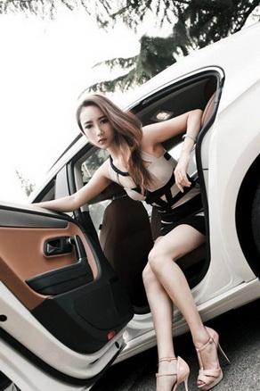 性感魔女依偎车旁