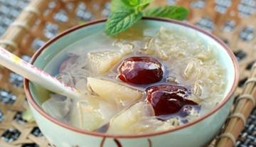 堪比燕窝的美容佳品-红枣银耳炖雪梨