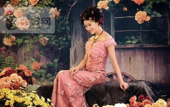 婚纱照风格:剪影复古风 复古一直都是流行趋势中不可缺少的一支,中式或西式的复古婚纱照风格,注重发型、饰品、服装及化妆风格。强调光影效果,弱化光影更好地展现人物的美感。影调不宜过于复杂,通过干净而富有层次感的光线来表现画面的唯美。流露出古典优雅的美感,充满艺术气息,极具韵味和质感。