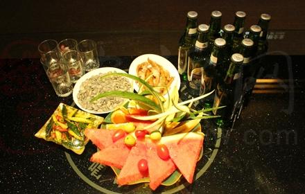 仅需178元!市场价735元的欢乐迪音乐氧吧KTV黄金时段套餐(19:00-03:00)大包及大包以下包厢,套餐包含青岛欢动啤酒10瓶+鸡爪一份+凉拌黄瓜一份+果盘一份+咸瓜子一份。