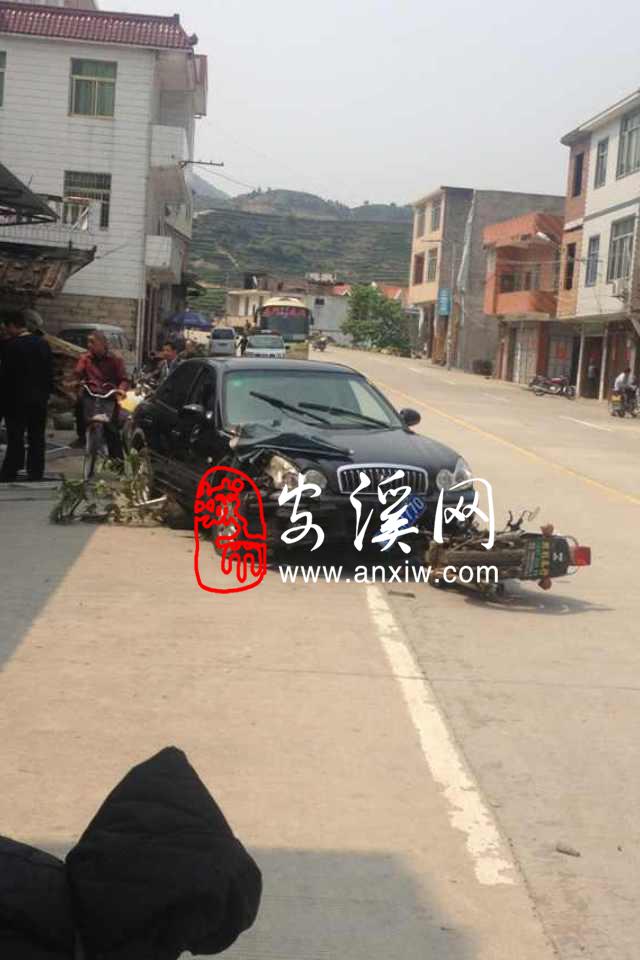 安溪县虎邱镇罗岩村一轿车连撞路边3辆车,还撞倒一小孩